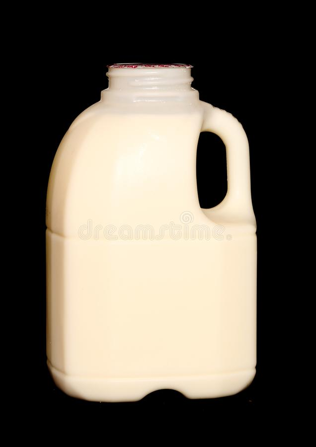Pinta di latte su un fondo nero fotografia stock libera da diritti