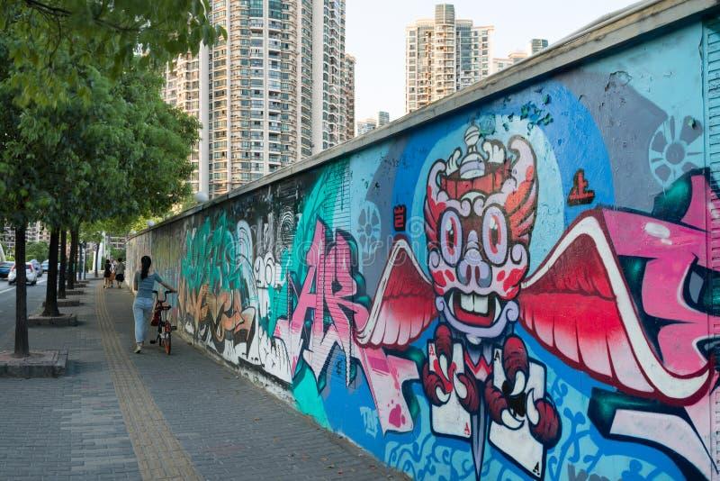 Pintada agradable y Street Art en el camino de Mogahnshan y edificios modernos en el distrito de Putuo Rascacielos residenciales  foto de archivo libre de regalías