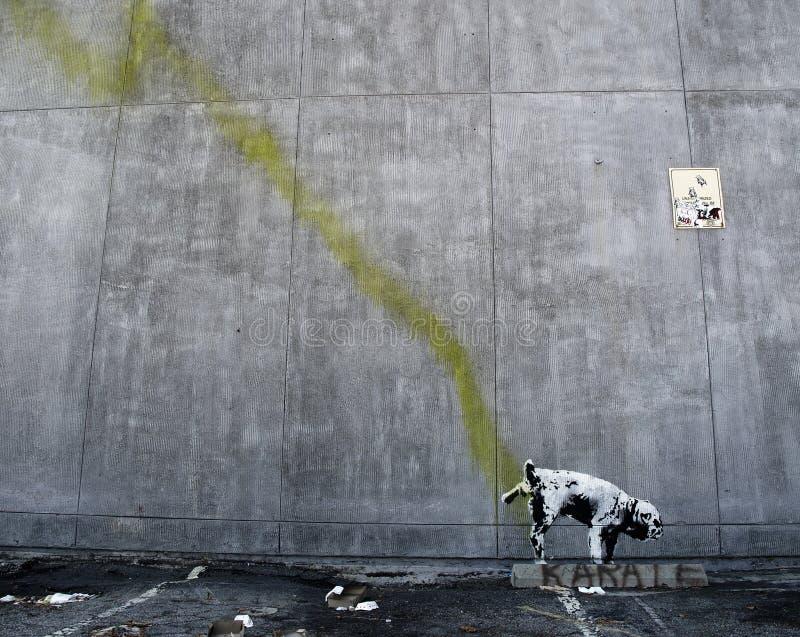 Pintada de Banksy en una pared (Pissing el perro) fotografía de archivo libre de regalías