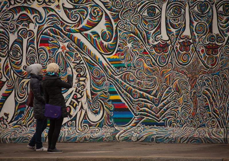 Pintada en el muro de Berlín en el hlenstraÃe del ¼ de MÃ fotografía de archivo libre de regalías