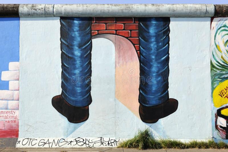 Pintada en el muro de Berlín en la galería de la zona este ilustración del vector