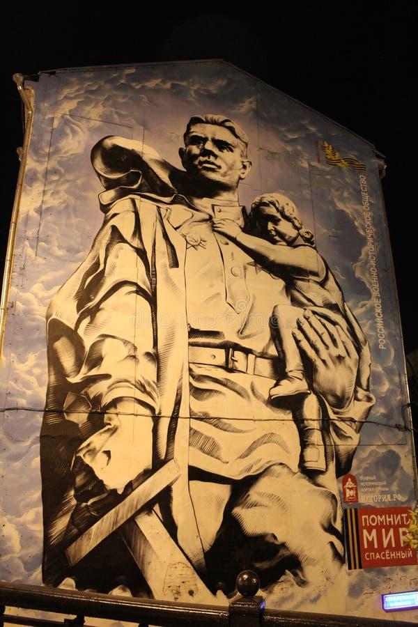 Pintada en la pared de la casa 'guerrero que ahorró a un niño de fascismo 'en Moscú imagen de archivo