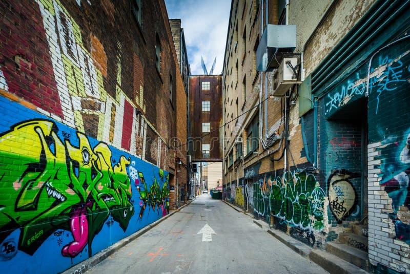 Pintada en un callejón en el distrito de la moda, de Toronto, Ontari imagenes de archivo