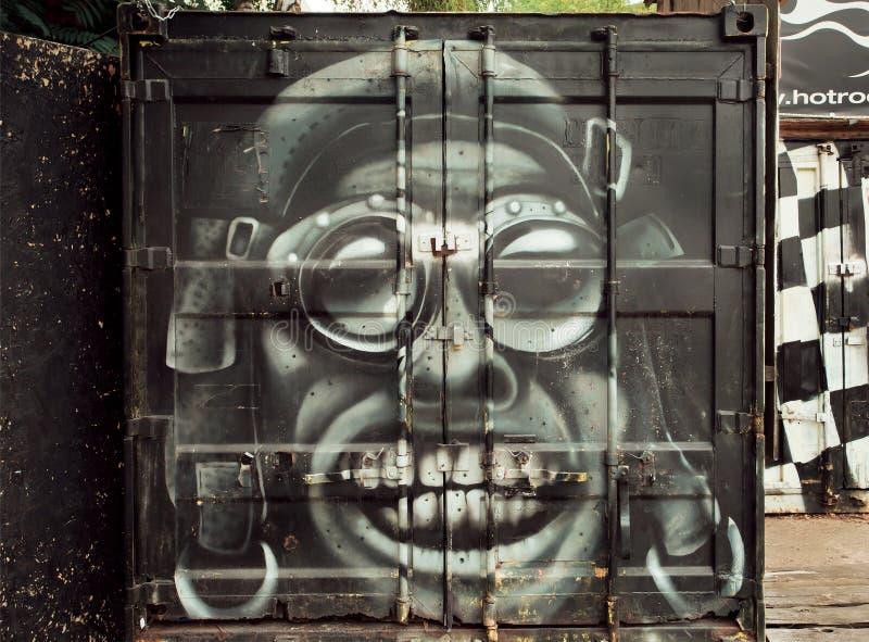 Pintada experimental loca del retrato en la superficie de metal oxidada del garaje foto de archivo libre de regalías