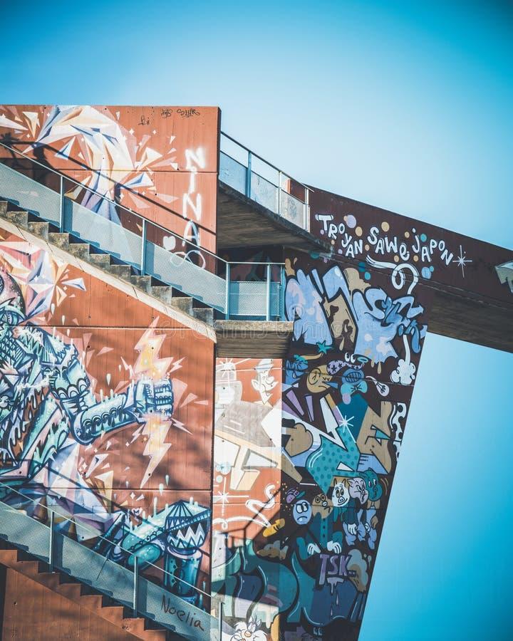 Pintadas en una estructura mínima urbana fotografía de archivo libre de regalías