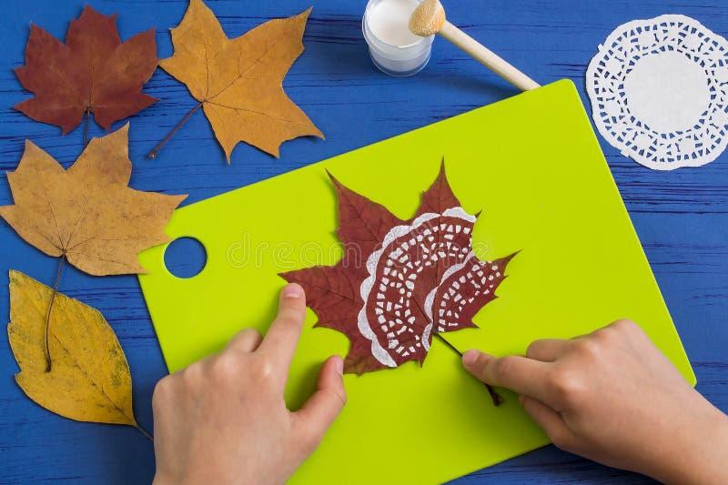 Pintado à mão nas folhas de outono secas imagem de stock
