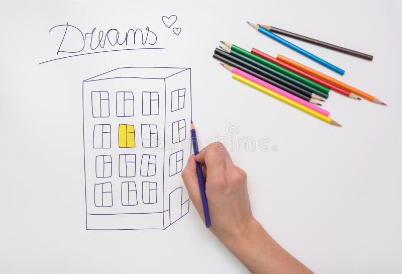 Pintado à mão no papel de desenho com construção do multi-andar dos pastéis, na luz no apartamento e na inscrição sonhe foto de stock royalty free