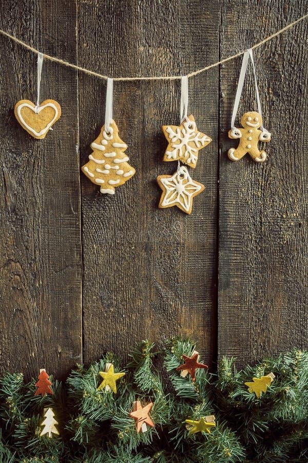Pintado por galletas del jengibre y una tarjeta en blanco en una cuerda sobre el fi imagen de archivo libre de regalías