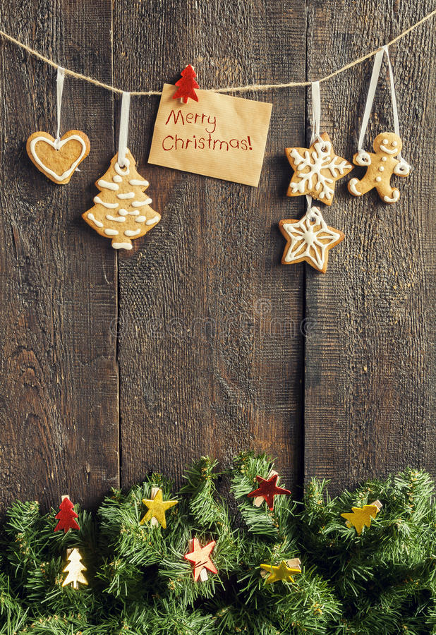 Pintado por la tarjeta de felicitación de la galleta del pan de jengibre con las palabras en el th foto de archivo libre de regalías