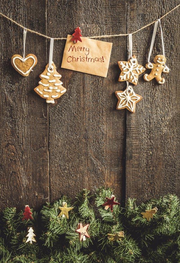Pintado por la tarjeta de felicitación de la galleta del pan de jengibre con las palabras en el th imagen de archivo libre de regalías