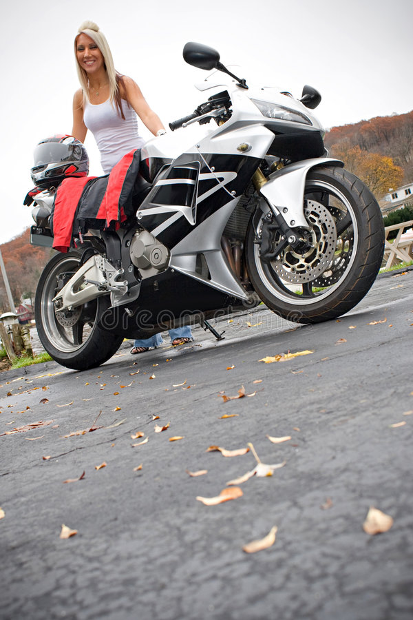 Pintainho louro do motociclista fotos de stock royalty free