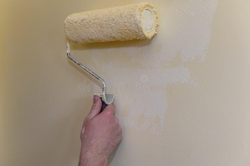 Pintando a parede com um rolo fotografia de stock royalty free