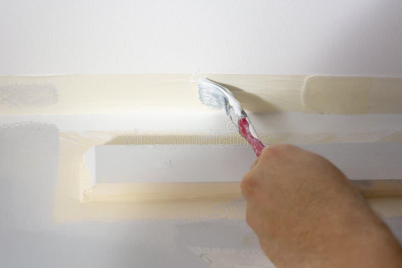 Pintando a parede no branco imagem de stock