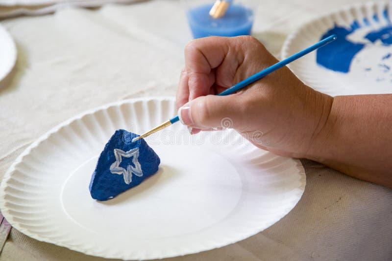 Pintando uma rocha à mão imagens de stock royalty free