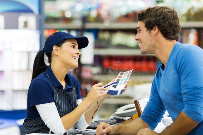 Pinte al cliente del trabajador de la tienda imagen de archivo