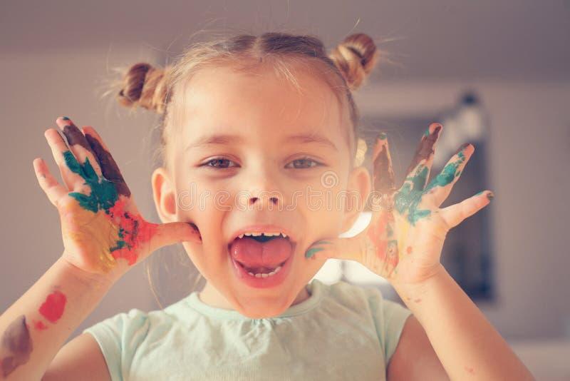 Pinte as mãos Menina de sorriso imagem de stock royalty free