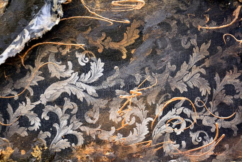 Pinte cores douradas do grunge cinzento preto alaranjado de matéria têxtil do ouro, cursos da escova, fundo orgânico do hypnotic  fotografia de stock