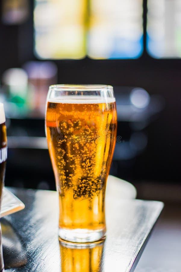 Pinte de bières sur la table photo stock