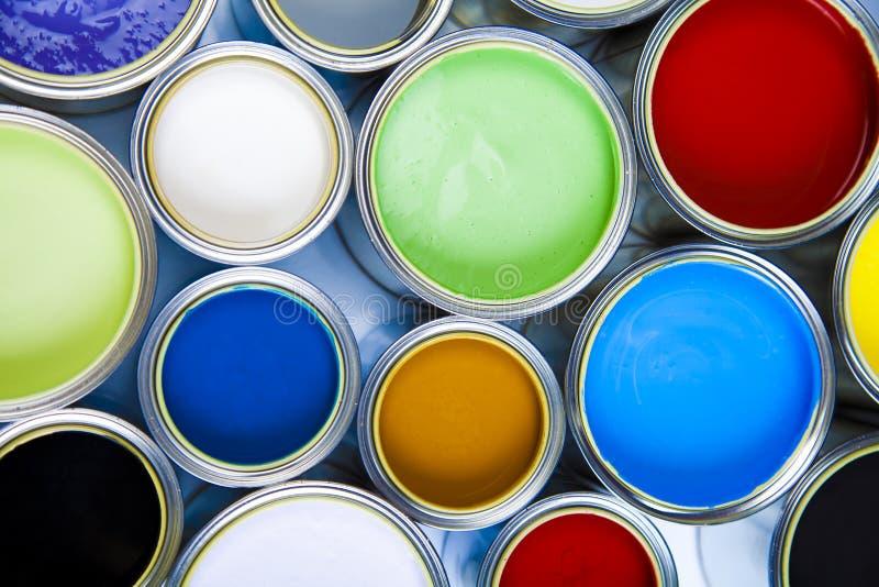Pinte e escovas, conceito colorido brilhante do tom foto de stock