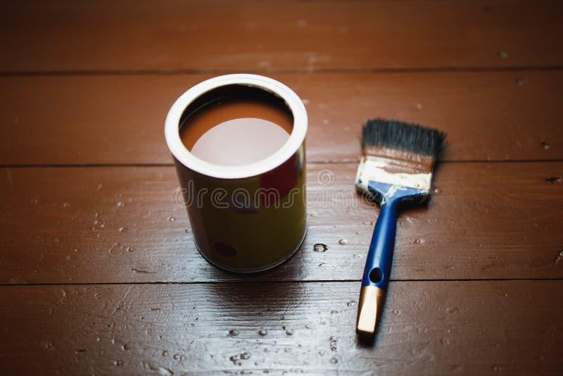 Pinte la poder y la brocha, renovación de pintura del piso fotografía de archivo