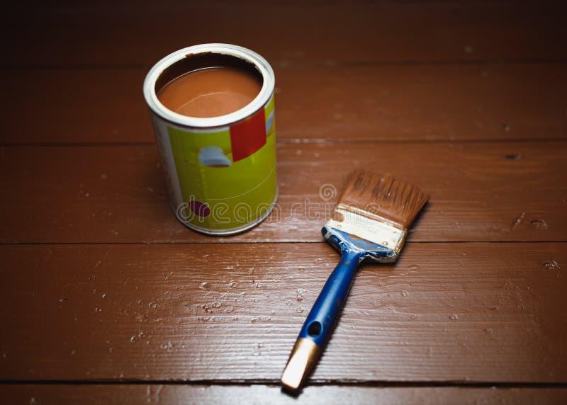 Pinte la poder y la brocha, renovación de pintura del piso fotos de archivo libres de regalías