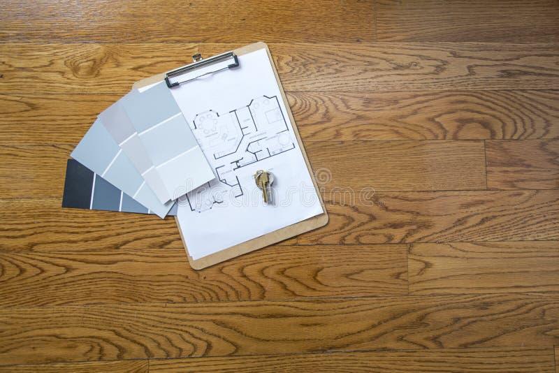 Pinte las muestras y los planes para el nuevo hogar imagenes de archivo