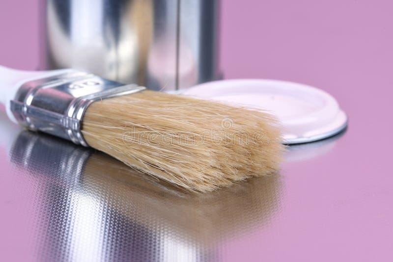 Pinte a lata com a casa da escova que decora a ferramenta foto de stock