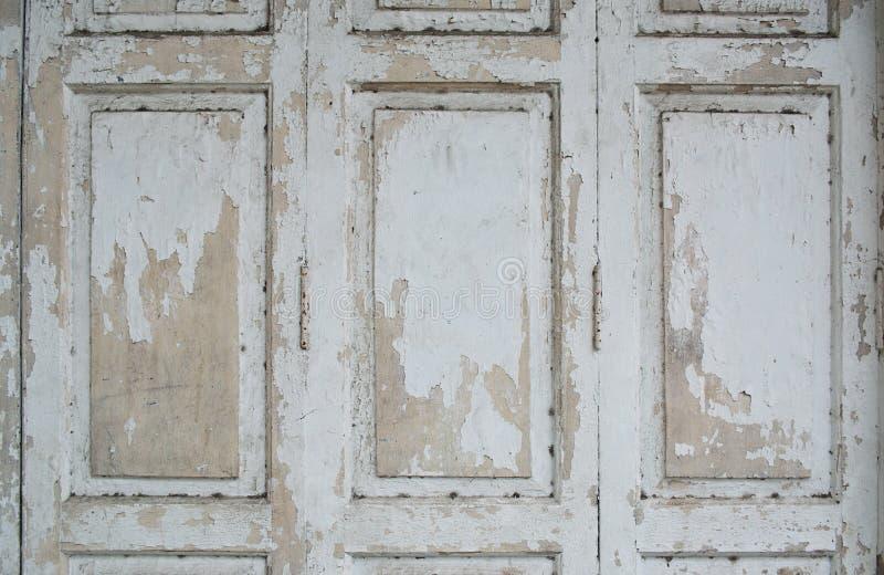 Pinte o descascamento da porta de madeira imagem de stock royalty free