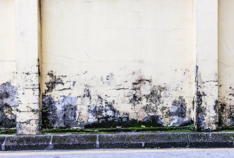 Pinte o descascamento fora do muro de cimento sujo fotografia de stock royalty free