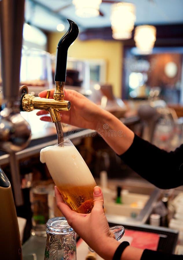 Pinte remplissante de bière image stock
