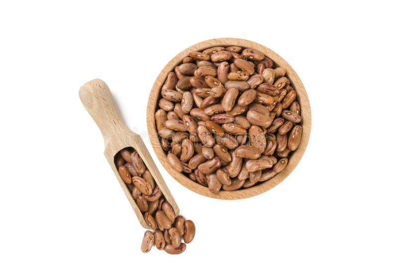 Pinto φασόλι στο ξύλινο κύπελλο και σέσουλα που απομονώνεται στο άσπρο υπόβαθρο διατροφή βιο Φυσικό συστατικό τροφίμων στοκ φωτογραφία με δικαίωμα ελεύθερης χρήσης