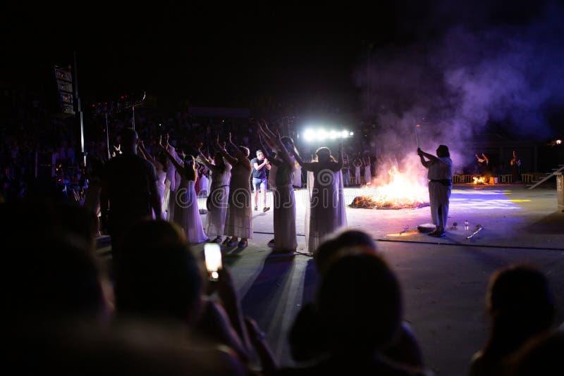 PINTO, MADRID, ESPAÑA - 23 DE JUNIO DE 2019: La gente celebra Eve de St John alrededor de una hoguera con Iris Witches en un pueb fotografía de archivo