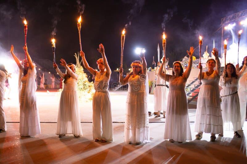 PINTO, MADRID, ESPAÑA - 23 DE JUNIO DE 2019: La gente celebra Eve de St John alrededor de una hoguera con Iris Witches en un pueb imagenes de archivo