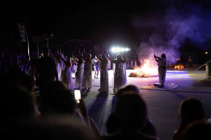 PINTO, MADRID, ESPAÑA - 23 DE JUNIO DE 2019: La gente celebra Eve de St John alrededor de una hoguera con Iris Witches en un pueb imagen de archivo