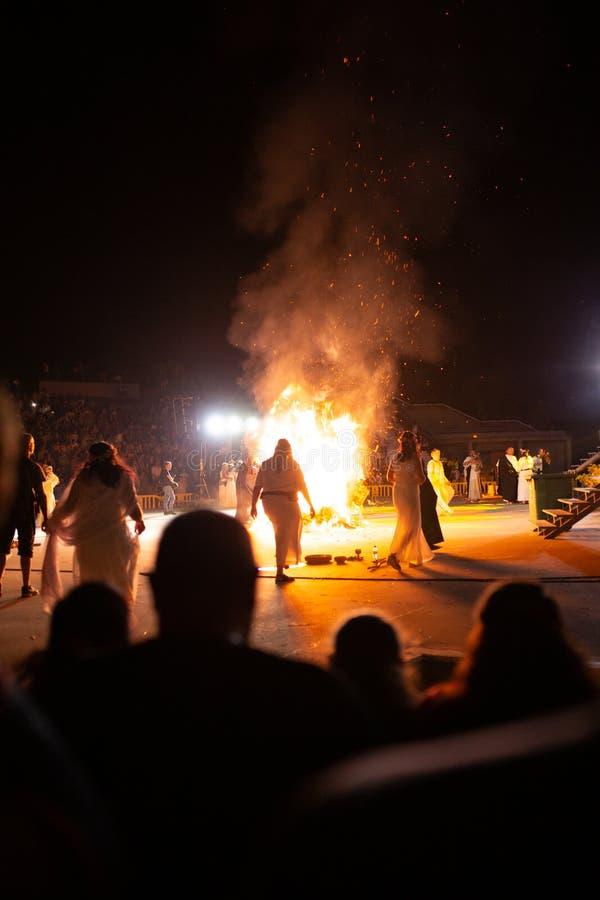 PINTO, MADRID, SPAGNA - 23 GIUGNO 2019: La gente celebra l'EVE di St John intorno ad un falò con Iris Witches in un villaggio in  immagine stock