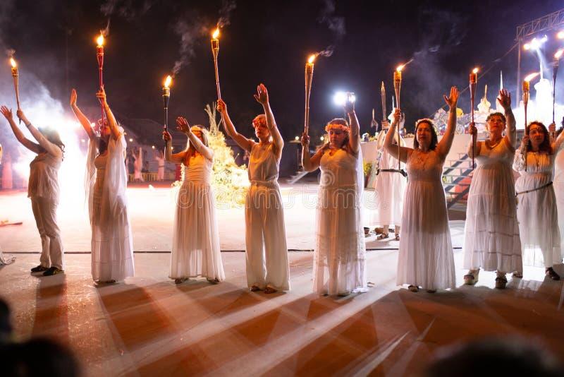 PINTO MADRID, SPANIEN - JUNI 23, 2019: Folket firar Sts John helgdagsafton runt om en brasa med Iris Witches i en by i Spanien ST royaltyfri bild