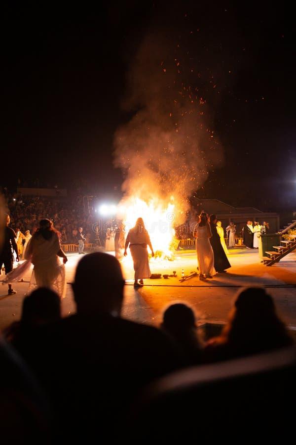 PINTO MADRID, SPANIEN - JUNI 23, 2019: Folket firar Sts John helgdagsafton runt om en brasa med Iris Witches i en by i Spanien ST arkivbilder