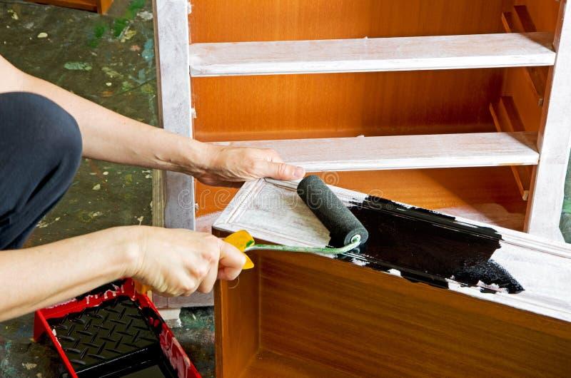 Pintor con el rodillo de pintura imagenes de archivo