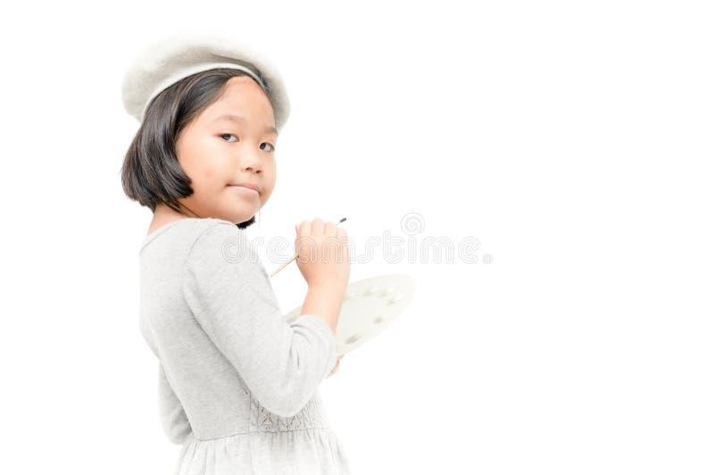 Pintor da menina que levanta com uma escova e uma paleta Isolado foto de stock royalty free