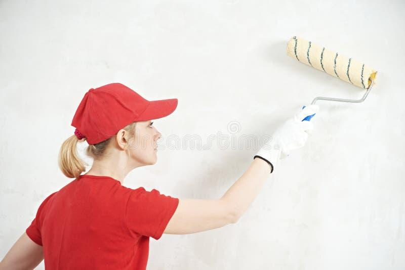 Pintor da mulher no trabalho interno fotos de stock royalty free