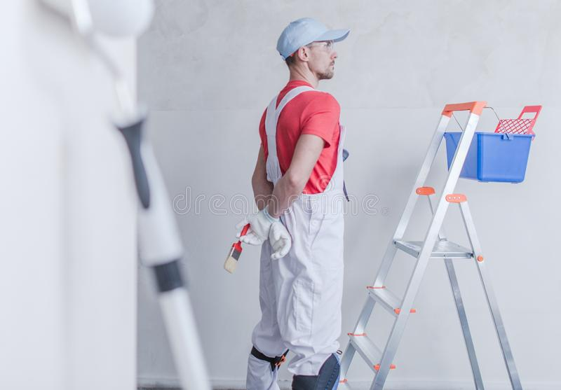 Pintor da sala e seu trabalho foto de stock royalty free