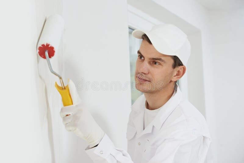 Pintor de casa en el trabajo fotos de archivo