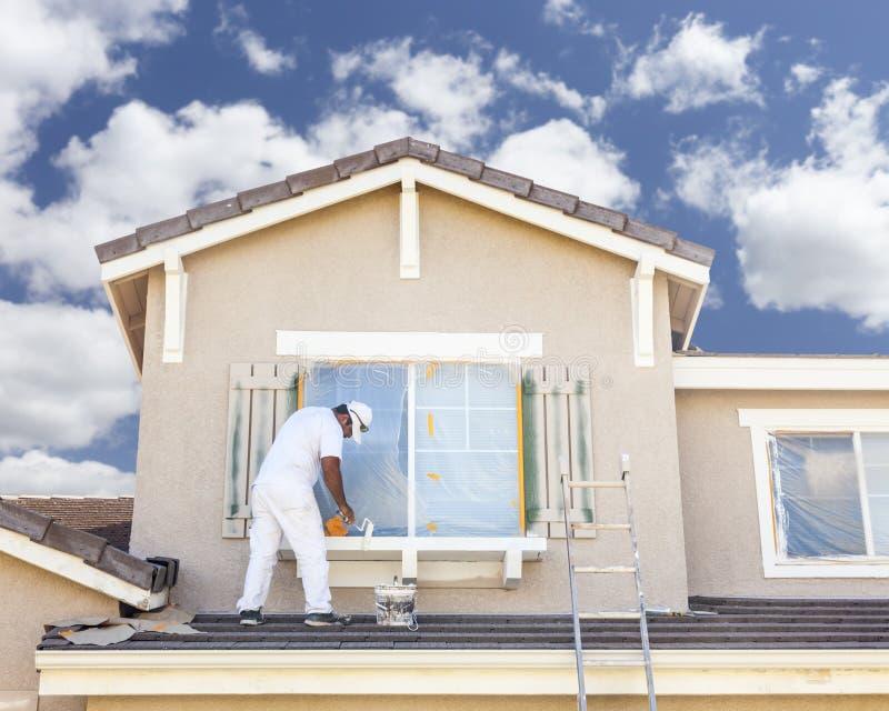 Pintor de casas Painting el ajuste y los obturadores del hogar fotos de archivo