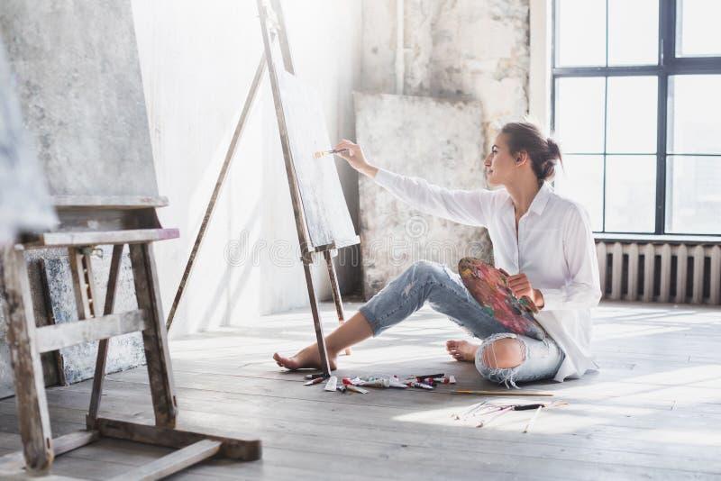 Pintor de la mujer en el espacio de trabajo foto de archivo libre de regalías