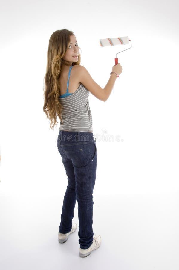 Pintor de sexo femenino joven con el cepillo del rodillo fotografía de archivo libre de regalías