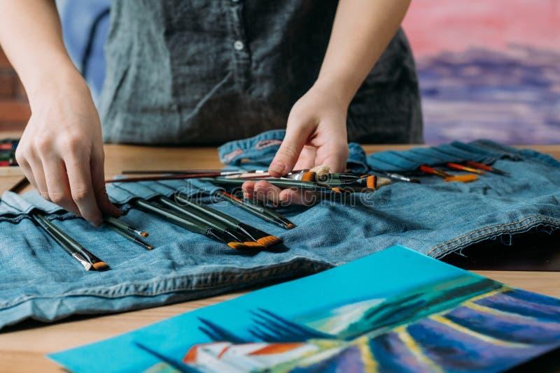 Pintor del arte de la imagen del paisaje que prepara el sistema de cepillo fotos de archivo libres de regalías