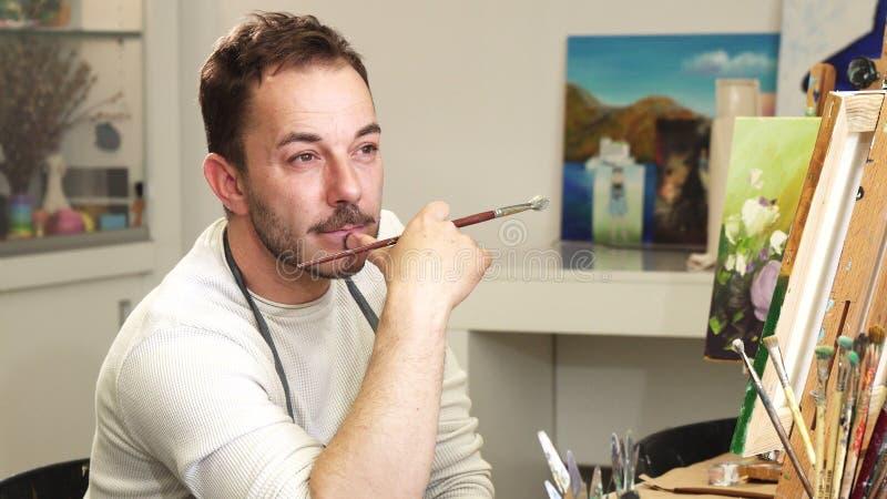 Pintor del artista profesional que se relaja en su estudio imagenes de archivo