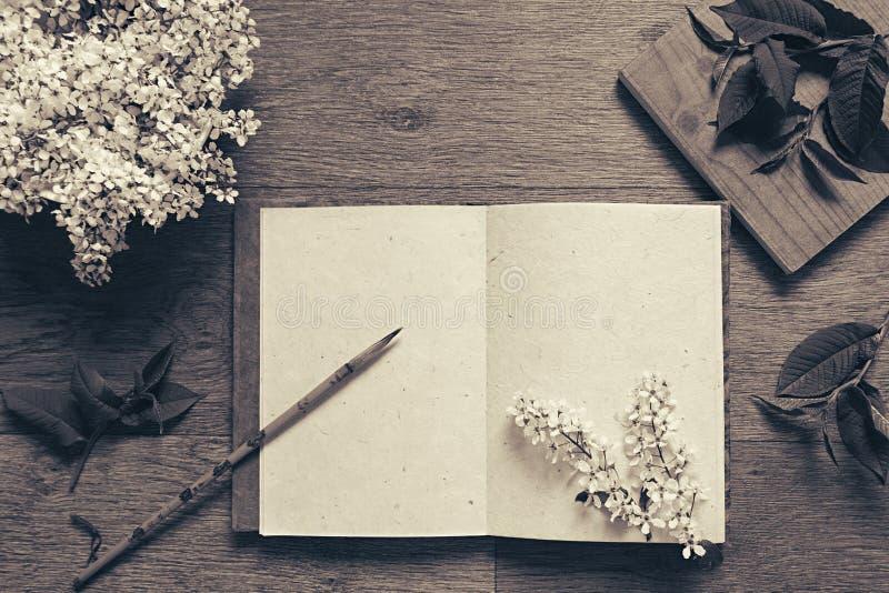 Pintor del lugar de trabajo y las hojas del verde El resentation Blanco y negro, fondo de la sepia El cuaderno en blanco Espacio  imagen de archivo libre de regalías
