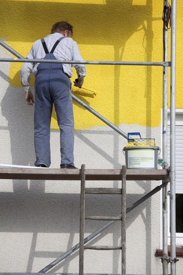Pintor en un andamio imagen de archivo libre de regalías