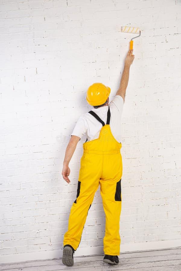 Pintor En Una Construccion Mientras Hacia Su Trabajo Esta Vestido Con Ropa De Trabajo Especial Imagen De Archivo Imagen De Trabajador Hebilla 176220307